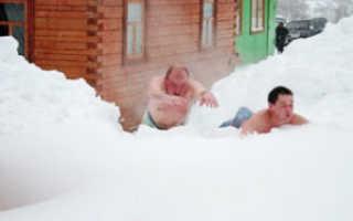 Прорубь после бани и обтирание снегом: вред или польза?